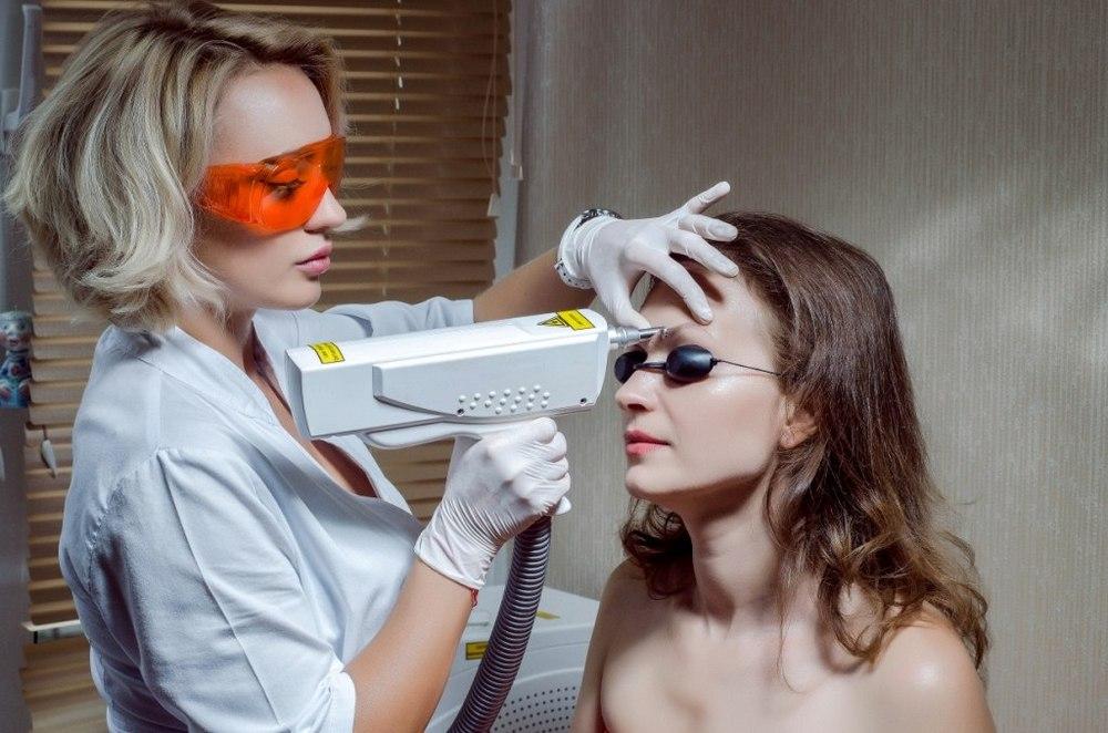 Хороший эффект при выпадении и опущении бровей дают физиопроцедуры