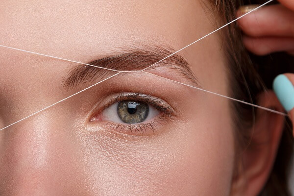 Коррекция бровей с помощью нити