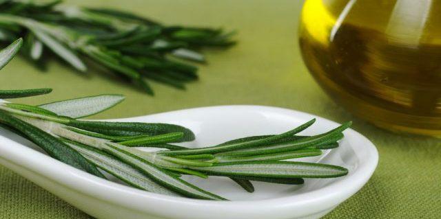 В Индии очень распространено использование масла кипариса и розмарина, соединенных с горячим кунжутным маслом