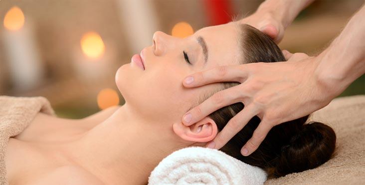 Массаж головы помогает бороться с выпадением волос