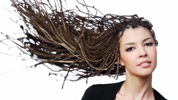 Слишком тугие прически ослабляют волосы