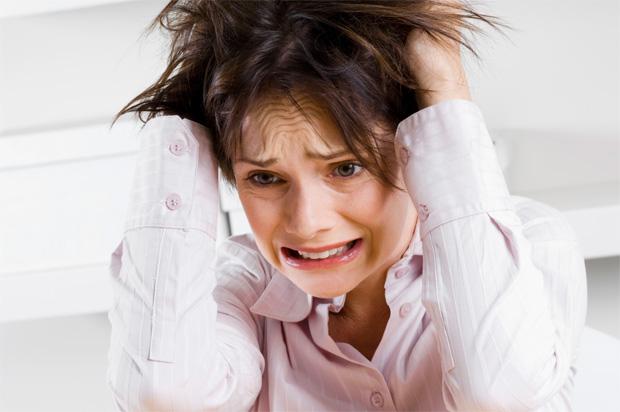 Стресс – частая причина истоньшения и выпадения волос