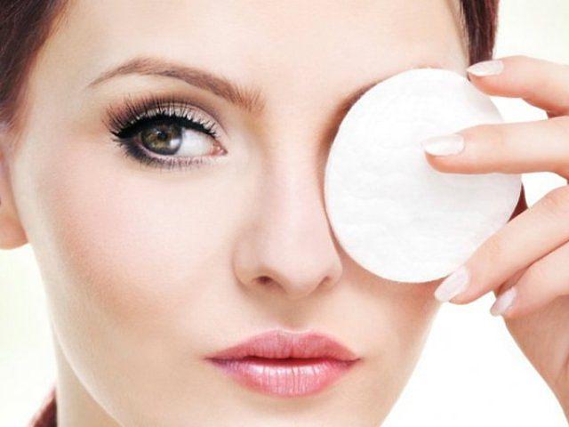 Таким образом необходимо удалять макияж с области глаз при помощи ватного диска