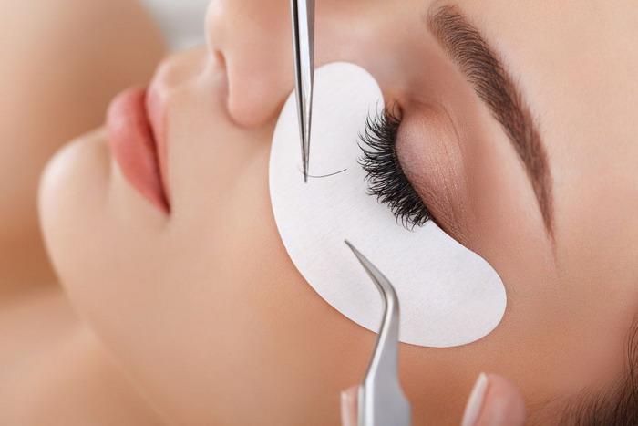 Процесс прикрепления искусственных волосков