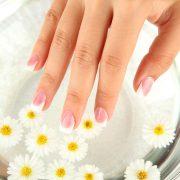 Слабые ногти необходимо правильно укреплять