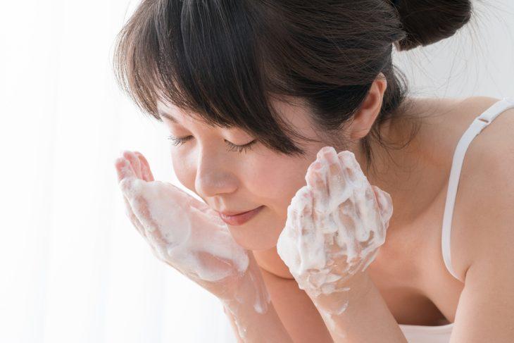 Очищение кожи – первая процедура по уходу за жирной кожей