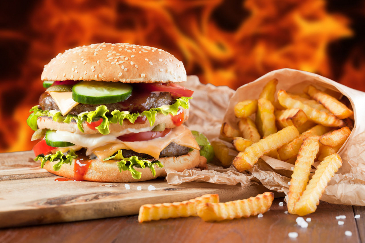 Следует воздержаться от употребления вредной пищи при акне