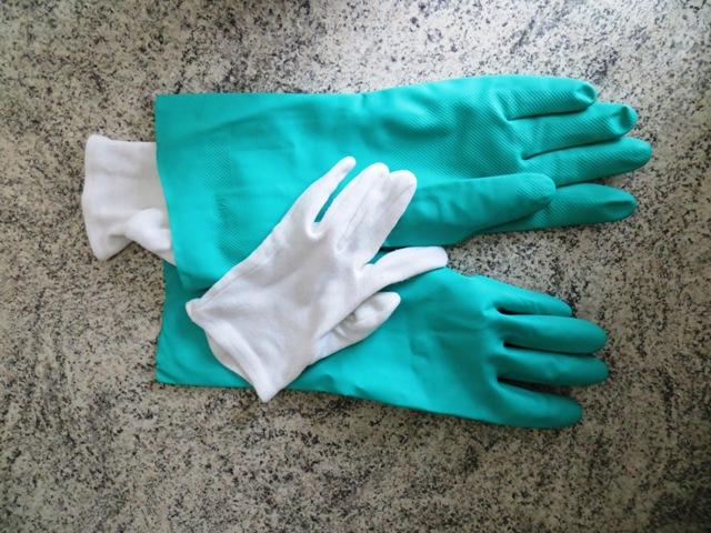 При работе с химией нужны перчатки