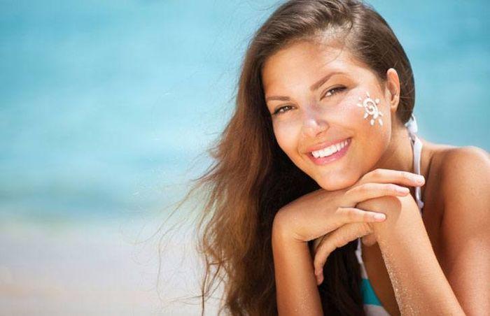 Смазывать кожу солнцезащитным кремом обязательно