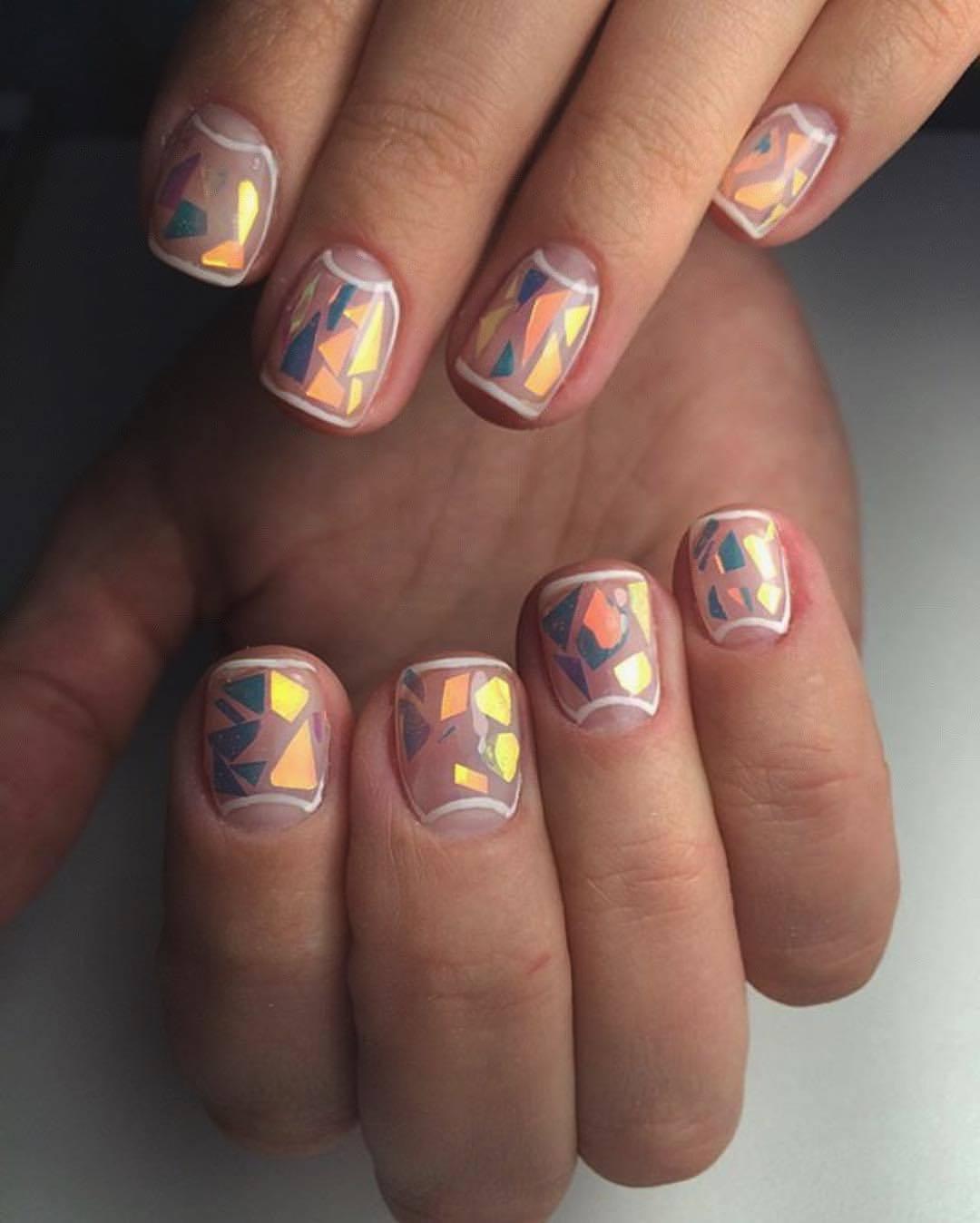Очень красиво смотрятся ногти с использованием фольги