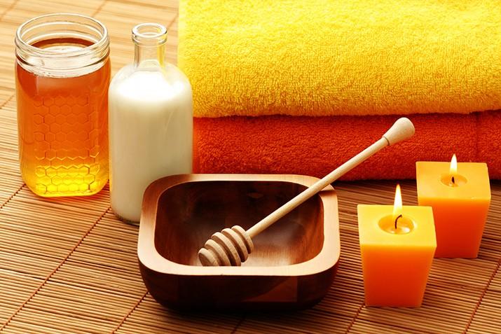 Ванночка из масла и меда хорошо помогает коже рук и ног