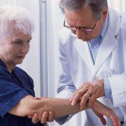 Пальпаторное обследование патологического участка верхней конечности у пациента