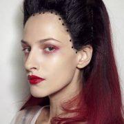Кареглазая брюнетка может позволить себе многие цветовые решения в мейке: даже бордовый цвет на губах и красные тени