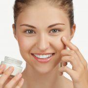 Уход за кожей лица с помощью крема