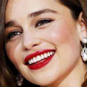 Модные размашистые брови демонстрирует популярная актриса Эмилия Кларк