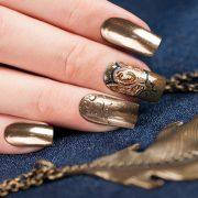 На ногтях шеллак втирка выглядит модно и броско