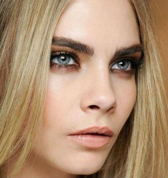 Серые глаза со светлыми волосами