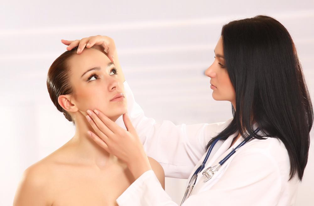 О том, как лучше подтянуть кожу лица в домашних условиях, можно узнать в косметолога