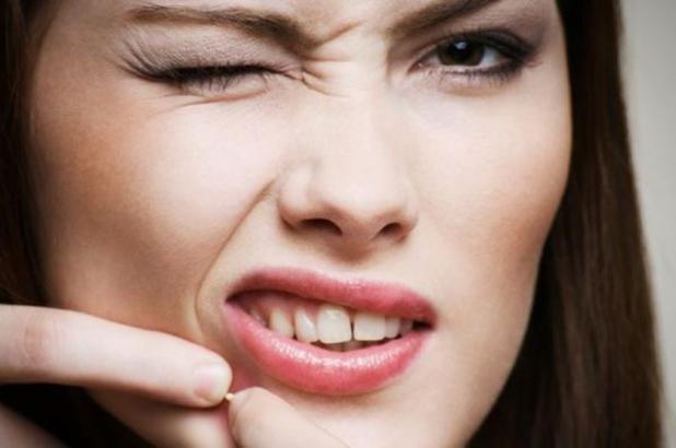 Выдавливать белые гнойные прыщики на лице косметологами запрещено, так как при выполнении данной манипуляции в рану можно занести инфекцию