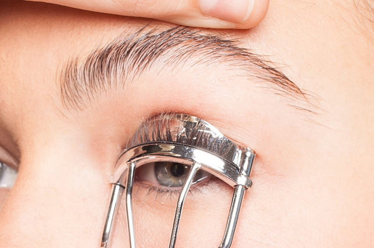 Многие профессионалы уверены, что щипчики вредят ресничным волоскам
