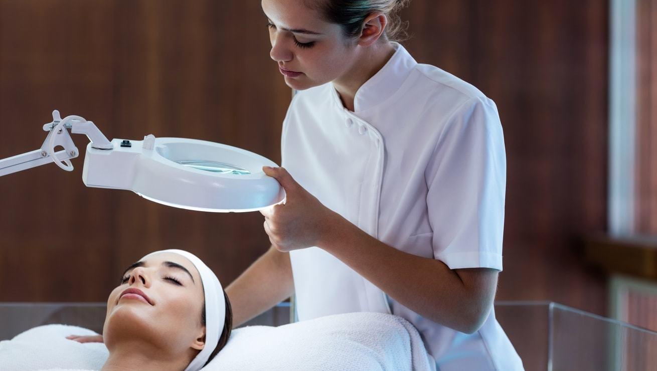 Салоны красоты предлагают разные процедуры, положительно воздействующие на брови