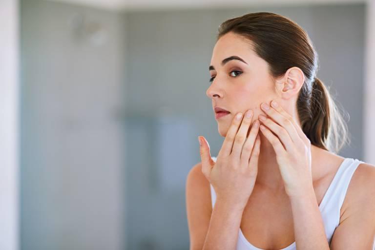 Для назначения адекватной терапии нужно найти причину появления прыщей на лице