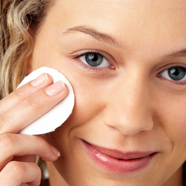 Обязательно снимать макияж перед сном