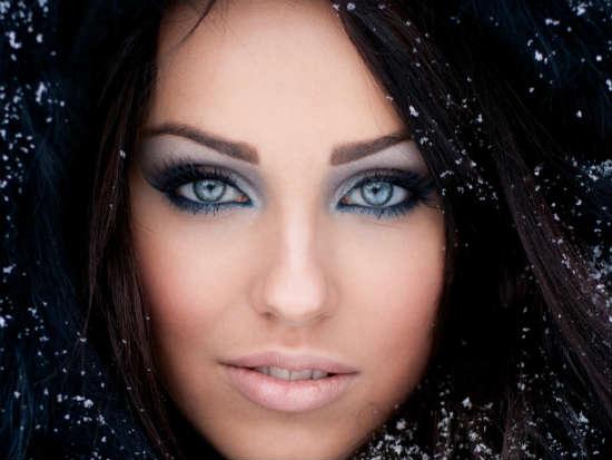 Яркий образ для голубоглазых и темноволосых девушек