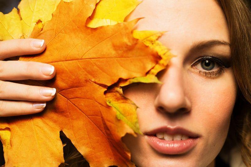 Уход за кожей лица осенью имеет свои особенности