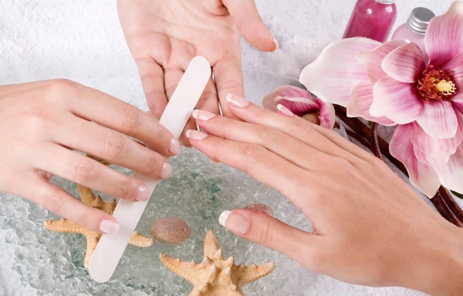 Перед тем, как начать аппаратный маникюр, следует придать пилочкой желаемую форму ногтю