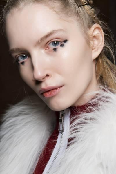 Несколько точек под глазами делают макияж очень задорным