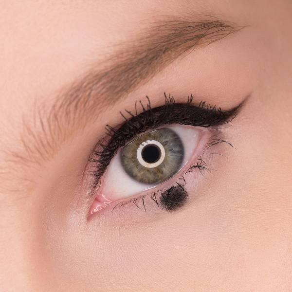 Если точка под нижним веком одна, она наносится прямо под центром глаза