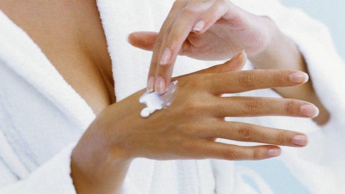 Мази помогают бороться с трещинами на коже рук
