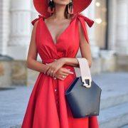 Красное платье подчеркивает индивидуальность женщины