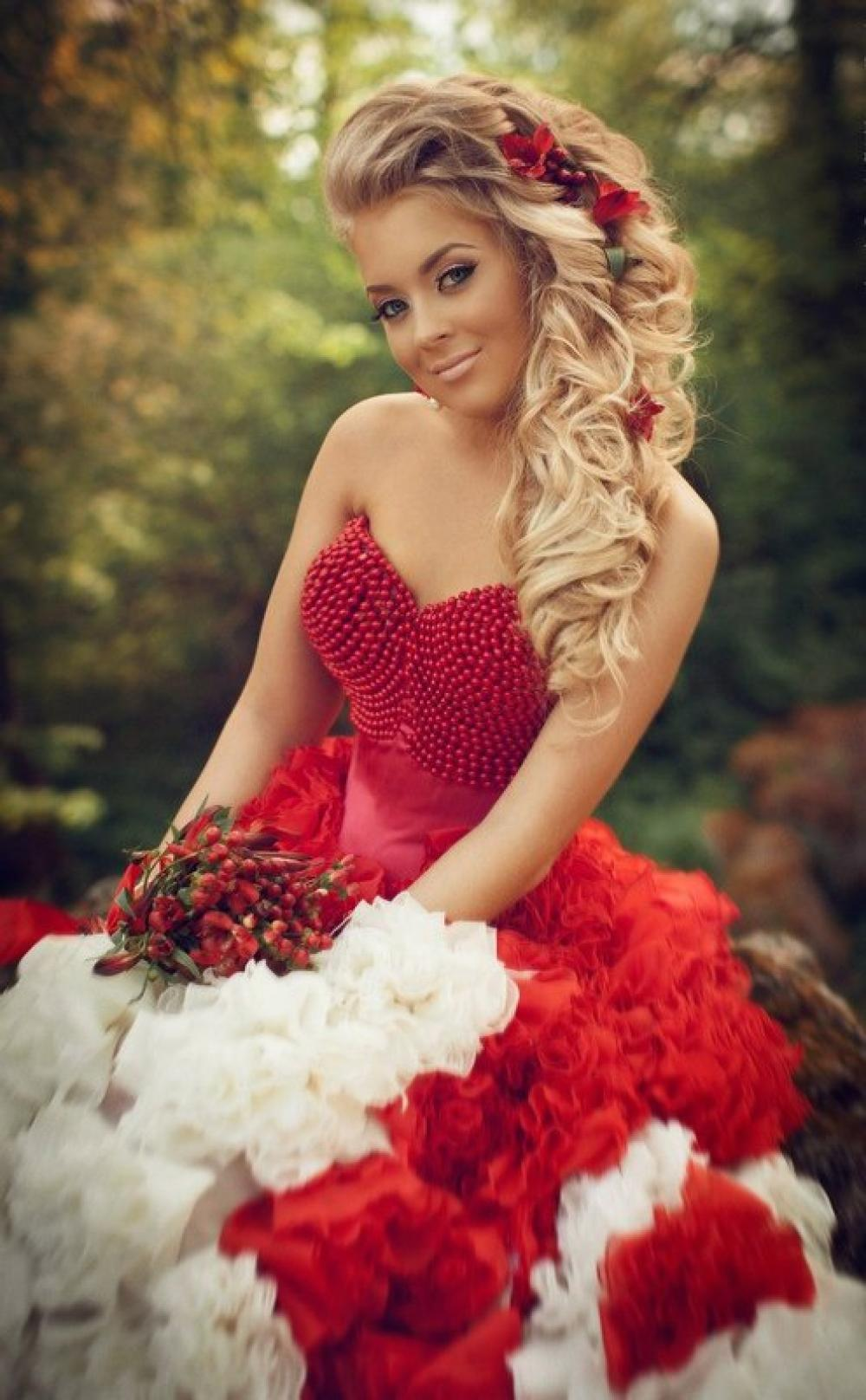 Красное платье и мейкап на свадебную церемонию