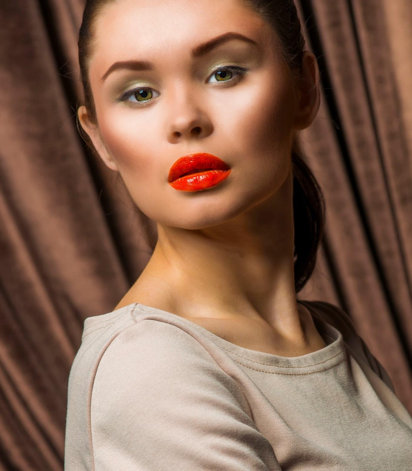 Акцент на губы в вечернем макияже