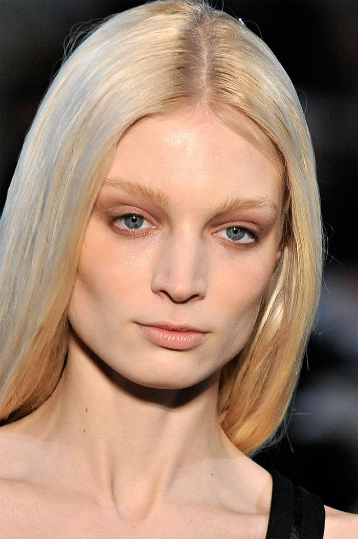 Светлые волосы и брови