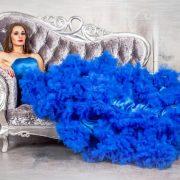 Синее платье создает романтичный образ