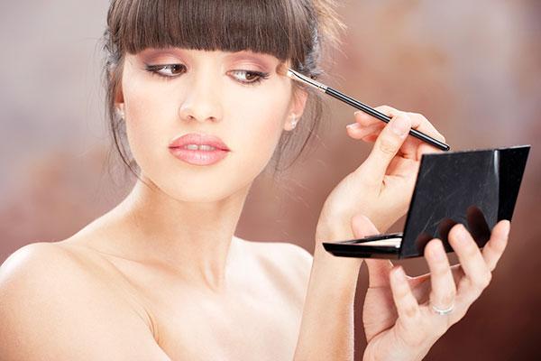 Как научиться делать себе макияж дома