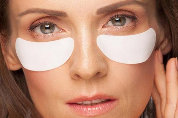 Аппликация пластыря от морщин вокруг глаз