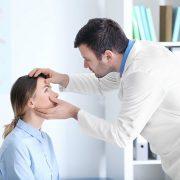 Осмотр глаз офтальмологом