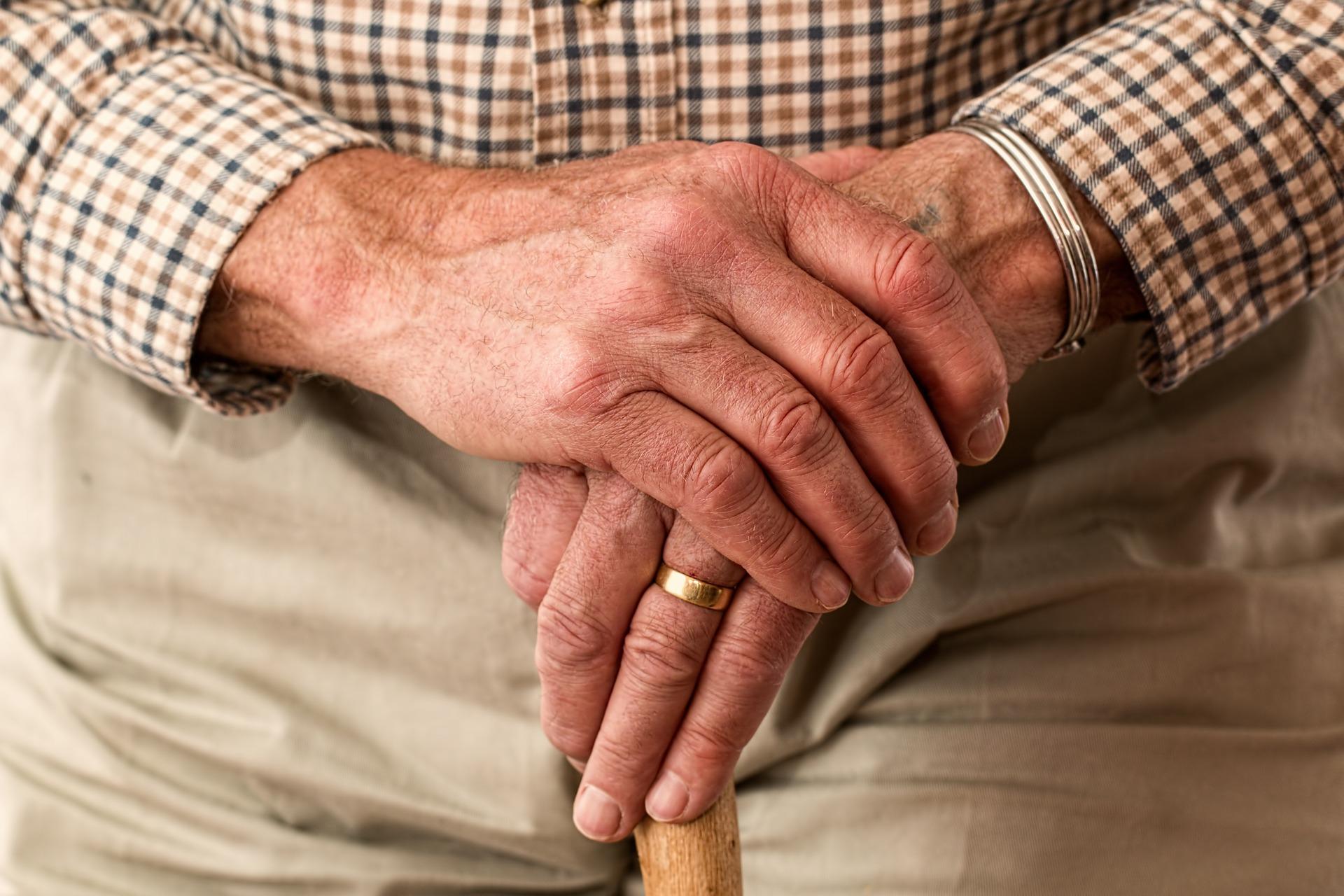 У стариков часто кожа на руках сухая