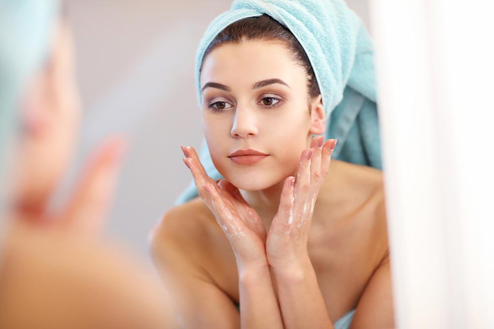 Перед процедурой кожу лица нужно очистить от косметики и загрязнений