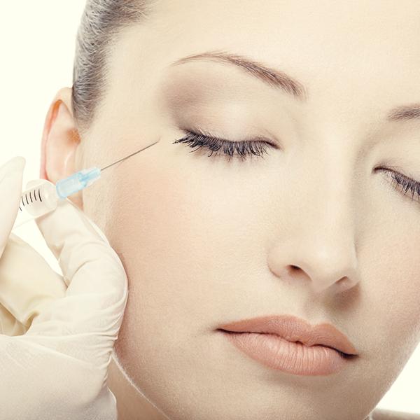 Инъекции относятся к косметологическим способам устранения отеков и морщин под глазами