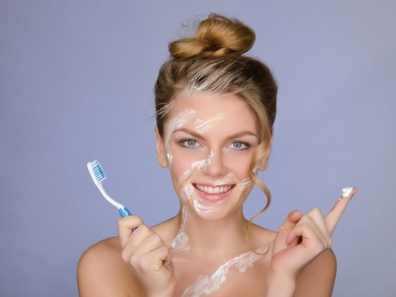 Зубная паста отлично отбеливает кожную поверхность