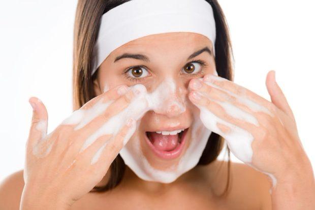 Умываясь после наращивания ресниц, следует избегать области глаз