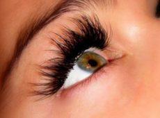 Наращенные ресницы помогают улучшить внешность, но требуют ухода